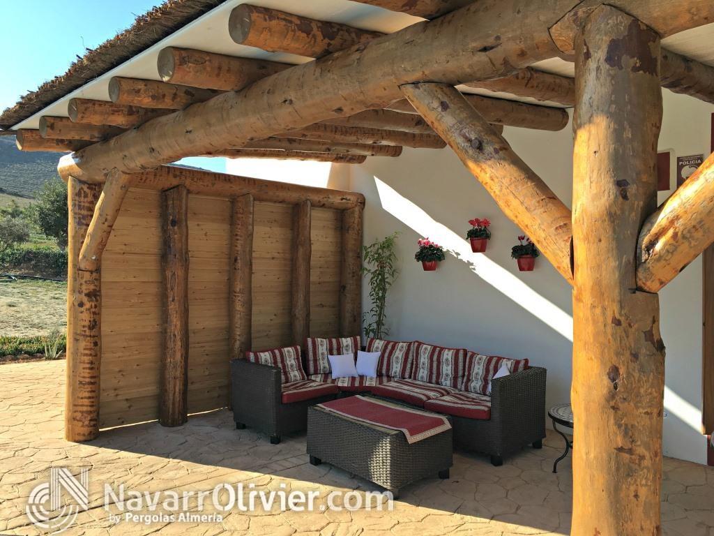 Pergola r stica de palos redondos p rgolas almer a for Modelos de terrazas rusticas