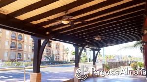 Cubierta de madera con pilares de obra para terraza de restaurante