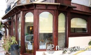 Cerramiento de madera con cristalera para reforma de restaurante