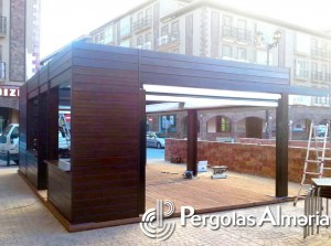 Cerramiento de madera con toldos para terraza en vía publica