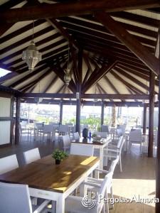 Pérgola de madera original con cerramiento para ampliación de restaurante